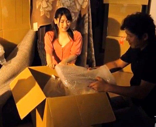 紗々原ゆり 突然、荷物が崩れ二人は押し入れの中に閉じ込められる!